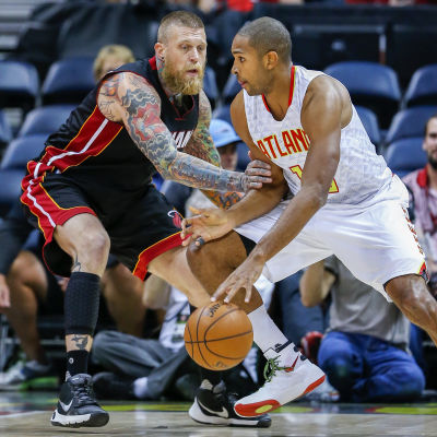 Chris Andersen (vänster) är en basketspelare i NBA.