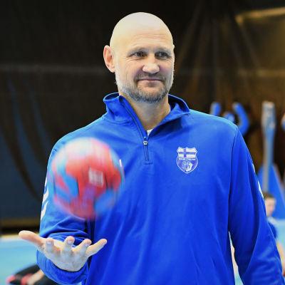 En glad Ola Lindgren poserar för kameran efter sitt första träningspass med handbollslandslaget.