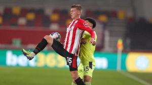 Marcus Forss försöker ta emot en boll framför en motståndare.