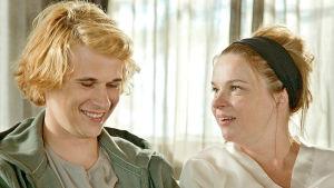 Näyttelijä-äidin perheessä roolit ovat menneet sekaisin. Kun kuvaan tulee vieras mies, tilanne karkaa käsistä.