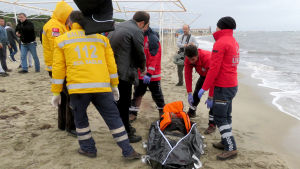Turkiska räddningsarbetare bärgar en flykting som omkom i Medelhavet i december. Tiotusentals asylsökande tog sig över till Grekland i december trots kyligt väder.