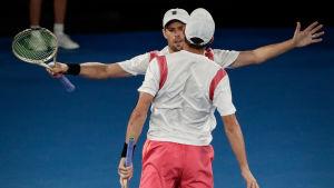 Bob och Mike Bryan vann sin semifinalmatch mot Pablo Carreno Busta och Guillermo Garcia-Lopez med setsiffrorna 7-6(1), 6-3.