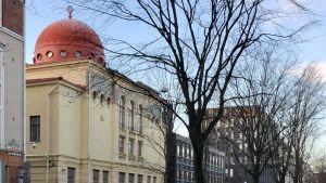 Judiska synagogan i Helsingfors, med polisbil på vakt.