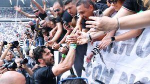 Gianluigi Buffon tar avsked av publiken.