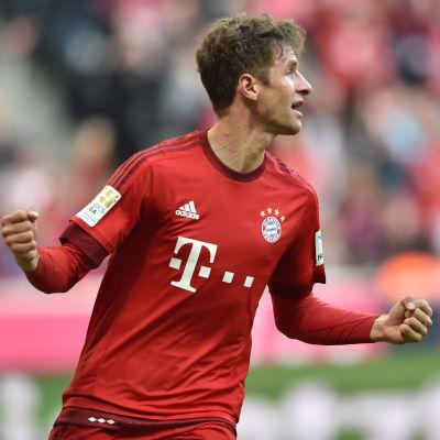 Müller firar sitt mål.