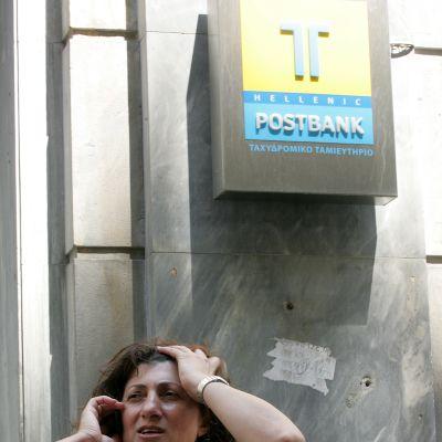 Grek talar i mobiltelefon