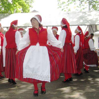 Estlandssvenskar dansar på Klosterbacken