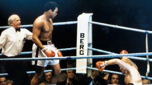 Ammattinyrkkeilyn raskaansarjan maailmanmestaruusottelu, Muhammad Ali (Cassius Clay) ja Richard Dunn ottelevat.