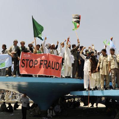 Abdullah Abdullah supportrar demonstrerar mot valfusk i Afghanistan.