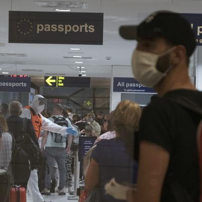 Passagerare vid Åbo flygfält den 11.8.2020.
