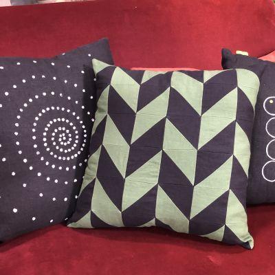 Kolme tyynyä sohvalla