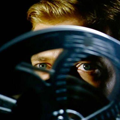 Kameraa kohti katsovat silmät näkyvät filmikelan aukkojen läpi. Kuva elokuvasta Pelon kasvot (Peeping Tom)