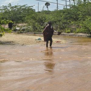 En person vadar i vatten i Kenya.