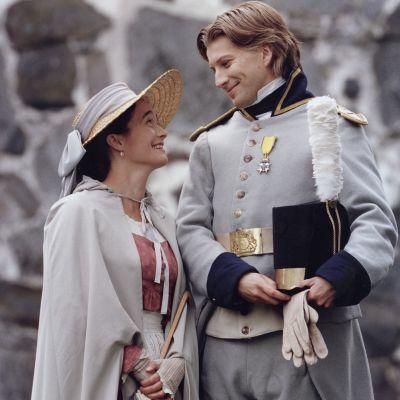 Hovimäki-tv-sarjan kartanon isäntä luutnantti Magnus Lindhof (Tapani Kalliomäki) ja hänen vaimonsa Johanna (Nina Hukkinen)