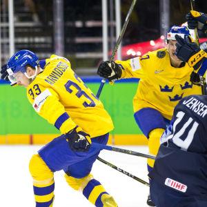 Viktor Arvidsson firar mål.