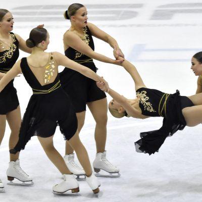 Muodostelmaluistelun joukkue Helsinki Rockettes taitoluistelun ja muodostelmaluistselun kansallisessa kilpailussa Helsingissä 28. helmikuuta 2021.