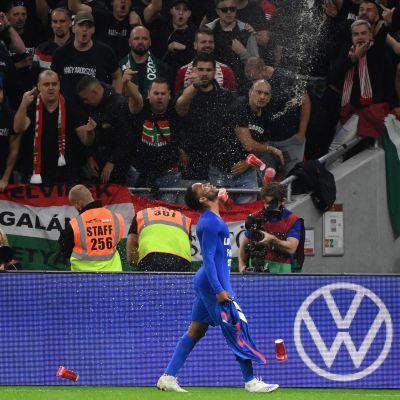 Raheem Sterling framför en arg ungersk publik.