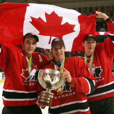 Patrice Bergeron, Sidney Crosby och Corey Perry poserar med VM-pokalen.