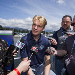 Kaapo Kakko är på plats i Vancouver för NHL-draften.