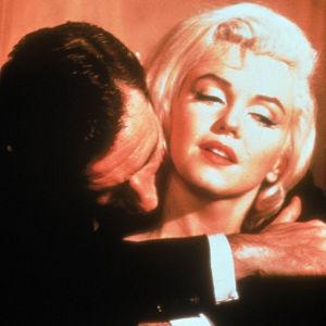 Marilyn Monroe ja Yves Montand elokuvassa Lemmenloukku.