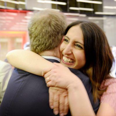 SDP:s nyinvalda Nasima Razymar firar med Timo Harakka.