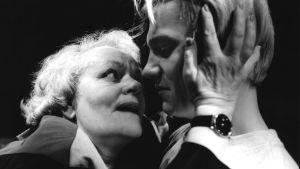 Eila Roine ja Turkka Mastomäki Jouko Turkan näytelmässä Rakkaita pettymyksiä rakkaudessa, jota esitettiin Tampereen työväen teatterissa.