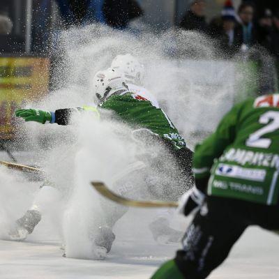 Spelare slåss om bollen under bandyfinalen 2017.