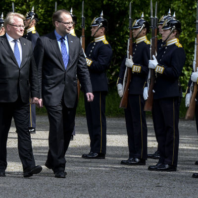Sveriges försvarsminister Peter Hultqvist t.v här med sin finländska kollega Jussi Niinistö den 5 juni 2015.