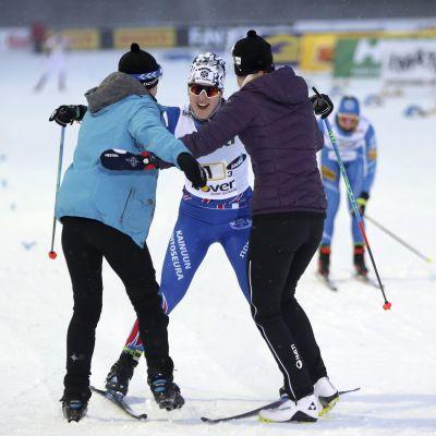 Anita Korva firas av sina lagkamrater vid mållinjen