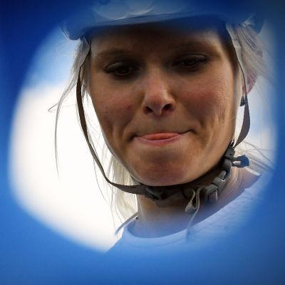 Mari Eder med koncentrerad blick och med tungan mellan läpparna