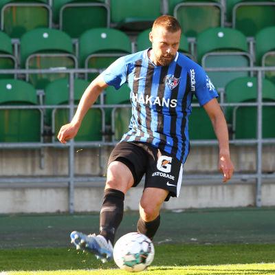 Jesper Engström med bollen.