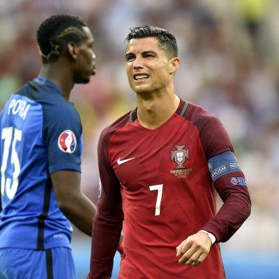 Ranskan Paul Pogba ja Portugalin Cristiano Ronaldo EM-finaalissa.