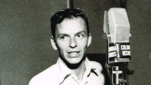 Frank Sinatra levytysstudiossa 1950-luvulla. Kuva dokumenttielokuvasta Sinatra: All or Nothing at All.