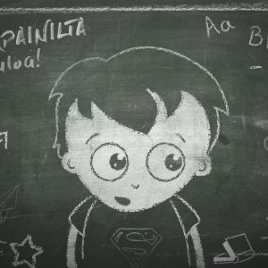 Kuvassa on liitutaululle piirretty lapsi, joka katsoo uteliaasti ympärilleen. Hänen ympärillään on paljon kouluun liittyviä kuvia, kuten kirjaimia, kuutio, työvälineitä.