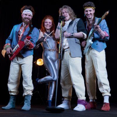 Kuvassa Aapo Rönkkö (Kalle Ruusukallio), Cicca Kallas (Siiri Partanen), Lenni Morris (Joel Bonsdorff) ja Rasmus Nikko (Ville-Veikko Airaniemi).