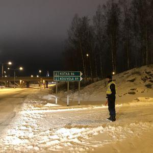 Motorvägen är avstängd österut från Borgå, en polis står vid avtaget till motorvägen