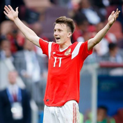 Aleksandr Golovin firar mål i VM 2018.