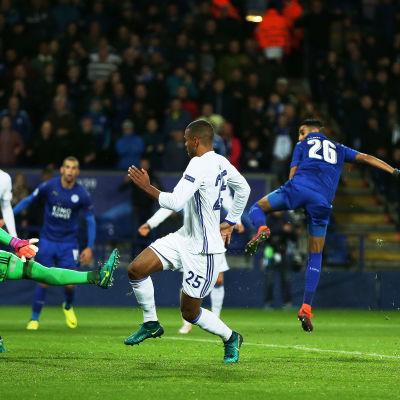 Riyad Mahrez nickar in 1-0 till Leicester mot FC Köpenhamn.