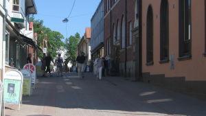 folk som promenerar på Kungsgatan i Ekenäs.