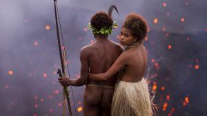 Dain (Mungau Dain) och Wawa (Marie Wawa) står uppe vid en vulkan som sprutar ut eldgnistor.