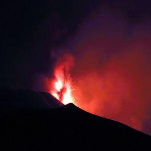 Etna på Sicilien spyr eld