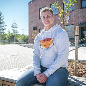 Siviilipalvelusvelvollinen Heikki Ikonen koulun pihalla.