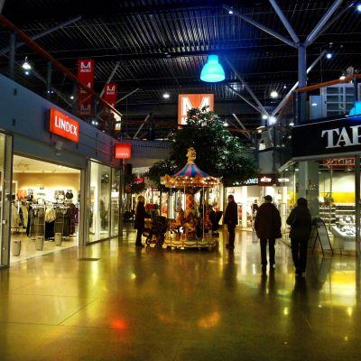 Människor i ett köpcentrum.