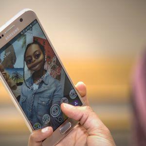 Helsingin uuden yhteiskoulun oppilas käyttää snapchatia välitunnilla
