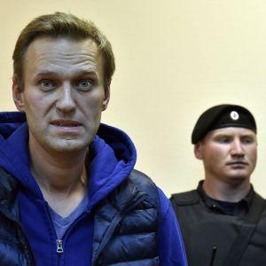 Kremlkritikern Alexej Navalnyj på måndag kväll, strax före han dömdes till sitt nya fängelsestraff.