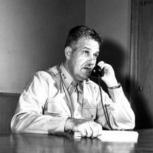Kenraali Leslie Groves puhelimessa