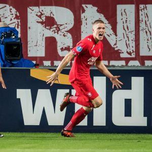 Fredrik Jensen jublar efter ett mål