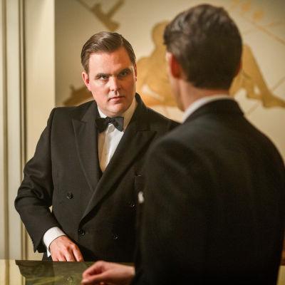 Gustaf blänger argt på Peter i dramaserien Vår tid är nu.