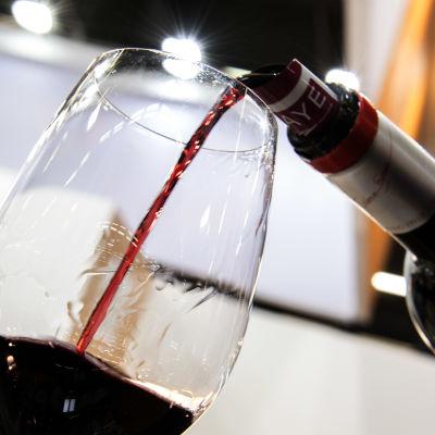 Bordeauxvin hälls i glas under en vinmässa i Bordeaux i Frankrike.