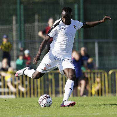 Hamed Coulibaly sparkar bollen.